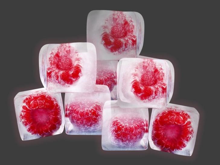 Eiswürfel mit Himbeeren