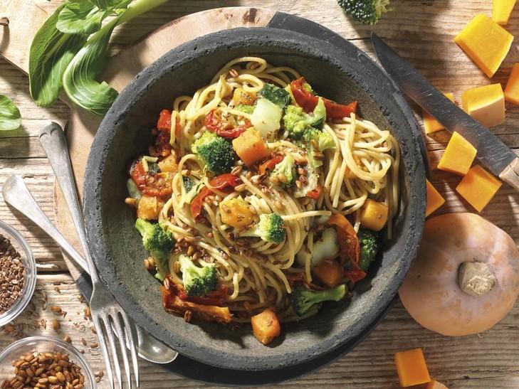 Vollkornspaghetti-Pfanne mit Gemüse und Leinsamen