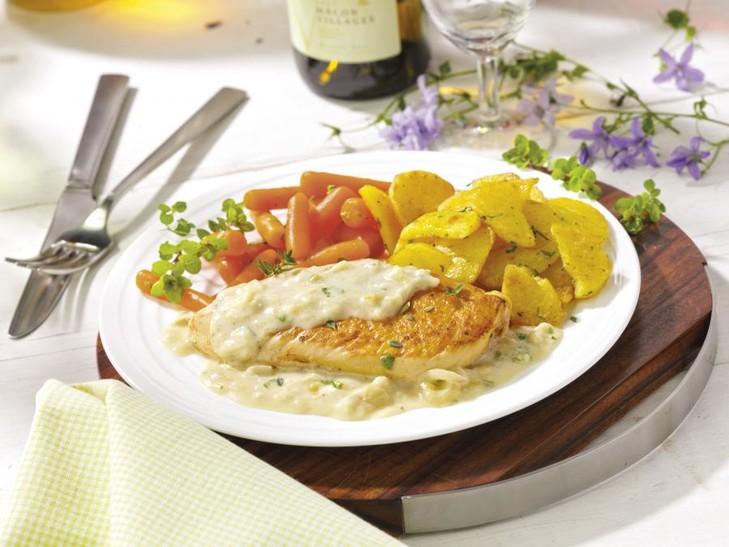 Zwiebelsahnehähnchen mit Möhrchen und Schmorkartoffeln