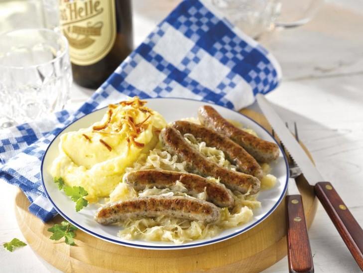 Original Nürnberger Rostbratwürste auf Sauerkraut mit Kartoffelpüree