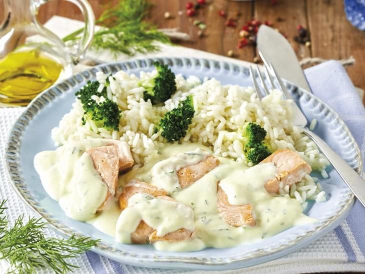Wildlachsstücke in Dillrahmsauce mit Broccolireis