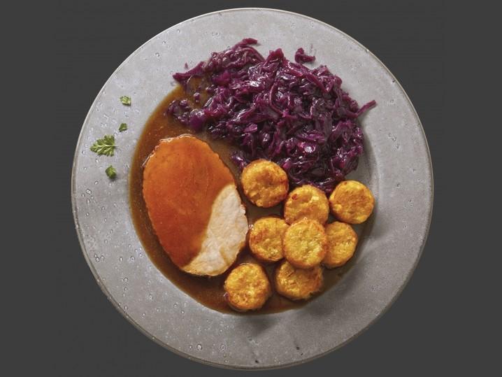Schweinebraten mit Kartoffelrösti und Rotkohl